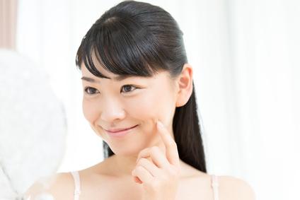 クレンジングを洗い流した笑顔の女性