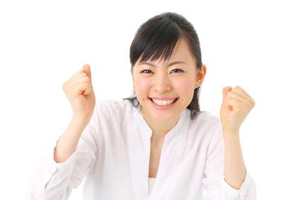 お得感を知って喜ぶ笑顔の女性