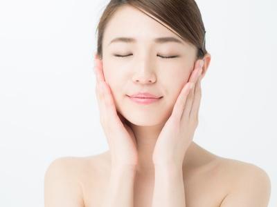 保湿化粧品の肌への浸透を実感する女性