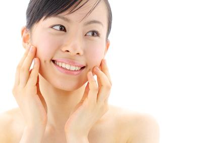 肌をいたわる保湿を実践する女性