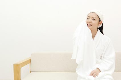 お風呂上り、バスローブ姿の女性