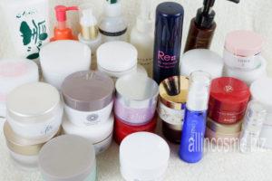 今まで購入した沢山のオールインワン化粧品を並べて撮った写真
